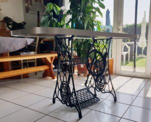 Anfractuosité une table vintage sur un support de machine SINGER