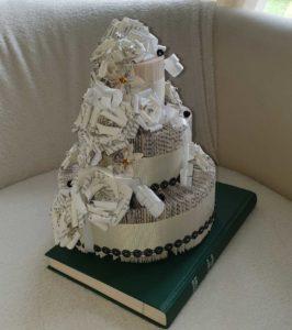 Gâteau cérémonie de couleur blanc avec des papillon tout en pliage