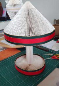 Manège avec un ruban rouge et vert