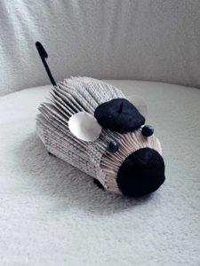 Pliage de livre en forme de souris avec un béret noir