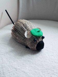Pliage de livre en forme de souris avec un béret vert