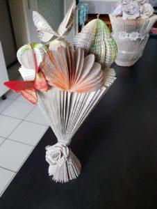 Vase florale en pliage de livre avec des papillon